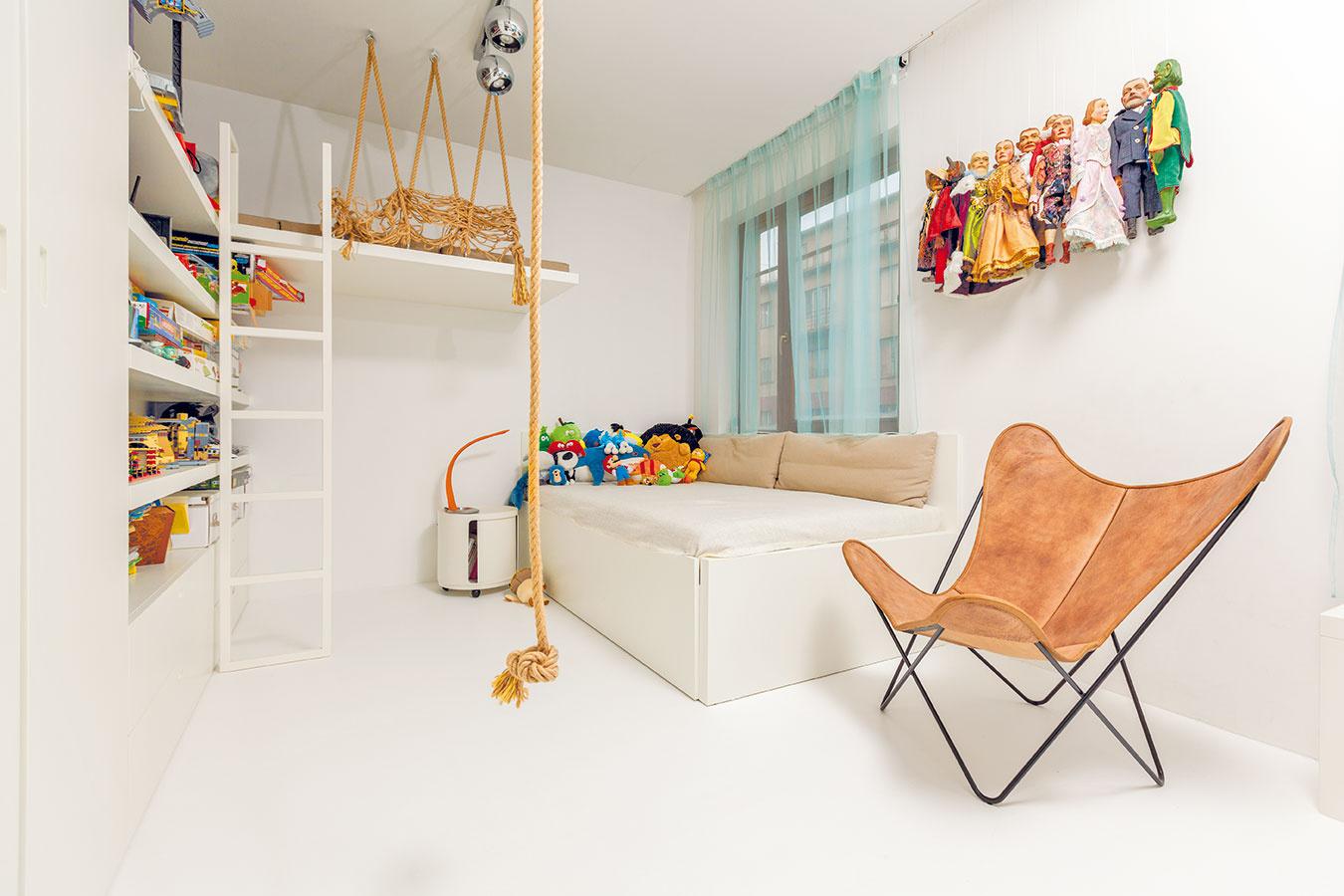 Spanie pre dobrodruhov. Keď sa obyvateľovi detskej izby zachce dobrodružného bivakovania alebo príde na návštevu kamarát, ocení lôžko zavesené pod stropom.