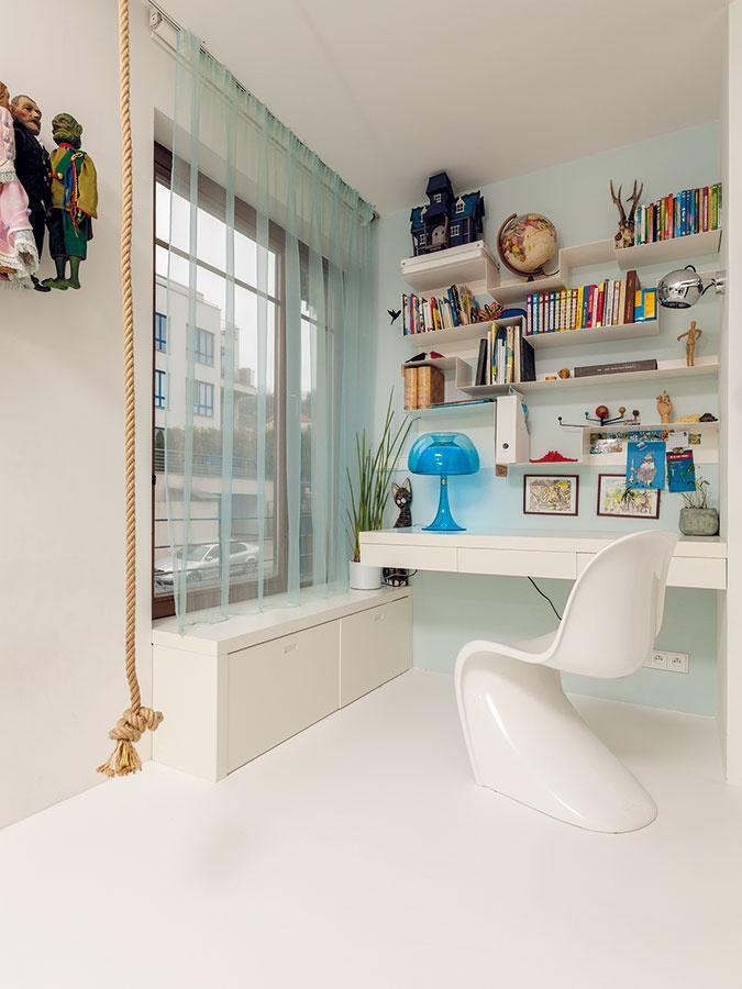 Detská izba je zariadená nadčasovo a neutrálne, takže vek jej obyvateľa môžete len hádať podľa predmetov na stole a v poličkách.