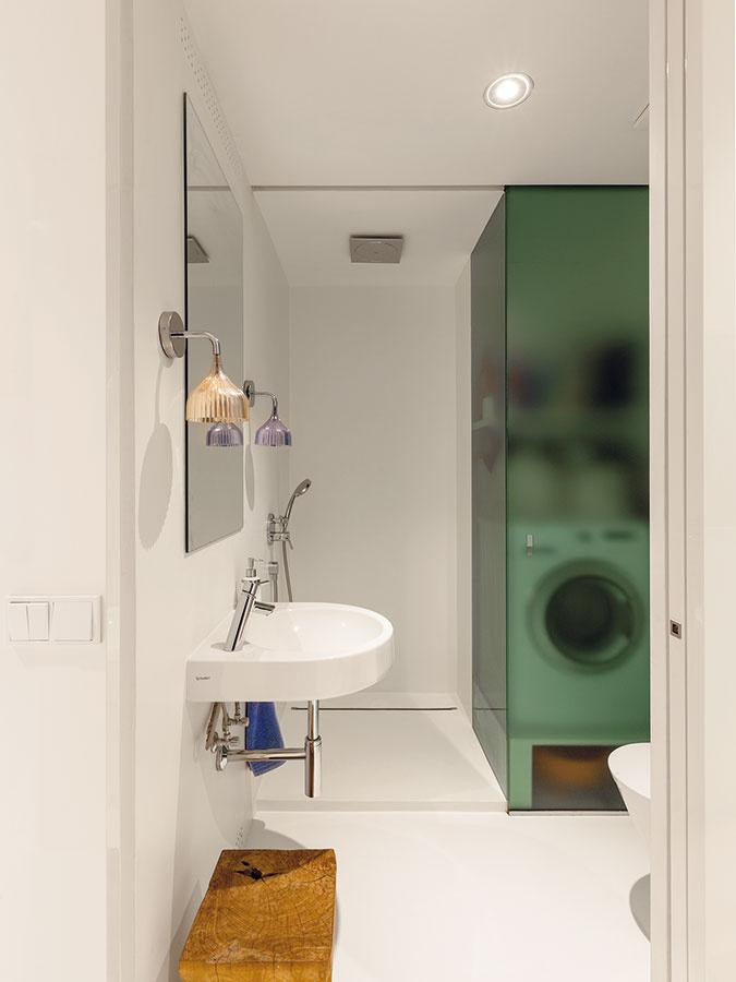 Detskú kúpeľňu oproti detskej izbe využíva najmä pánska časť rodiny. Oceňuje sprchovací kút a malú skrinku zapustenú  v stene za zrkadlom.