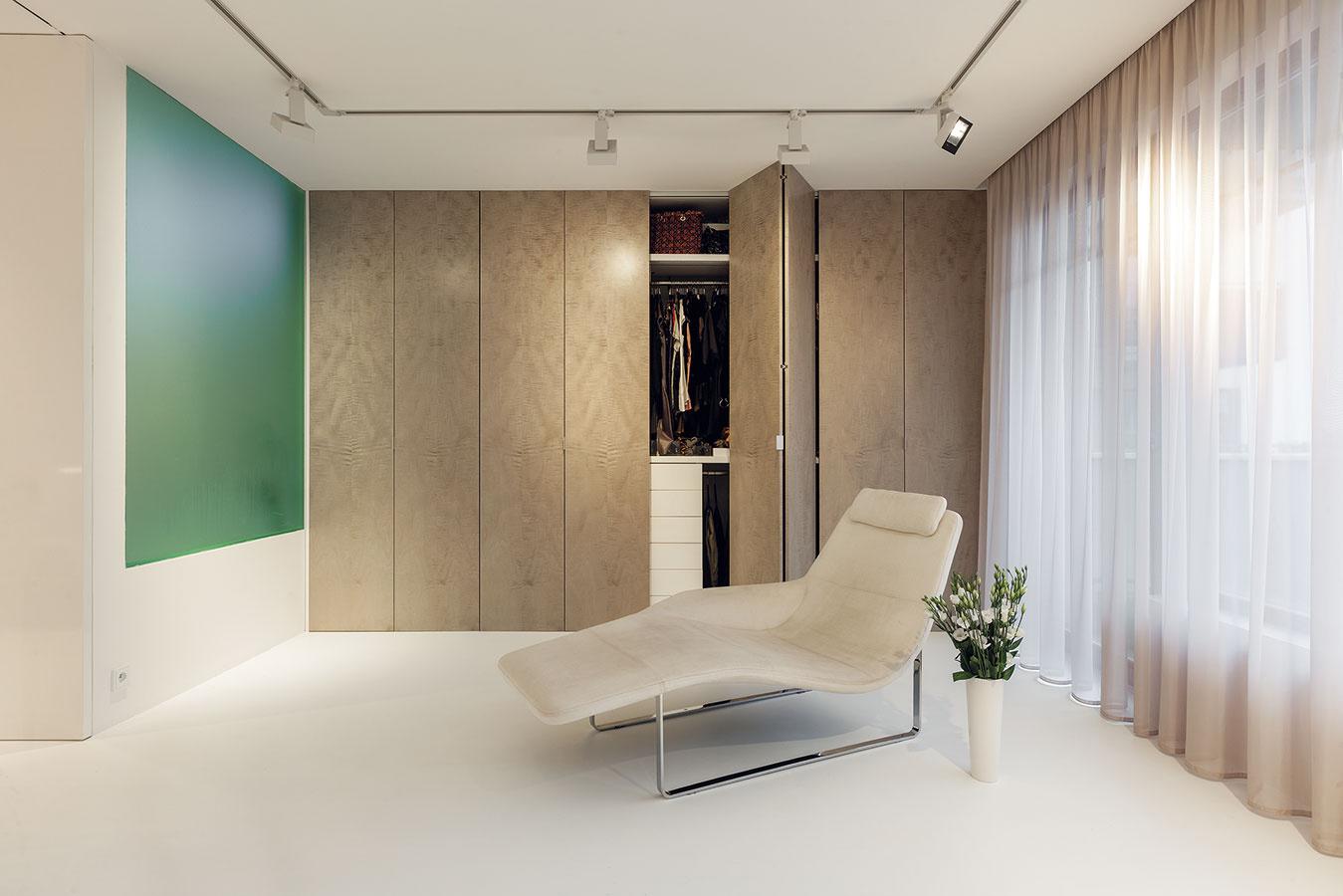 Vstavaná skriňa s dverami z talianskej dyhy poskytuje hromadu miesta na veľkolepý šatník.