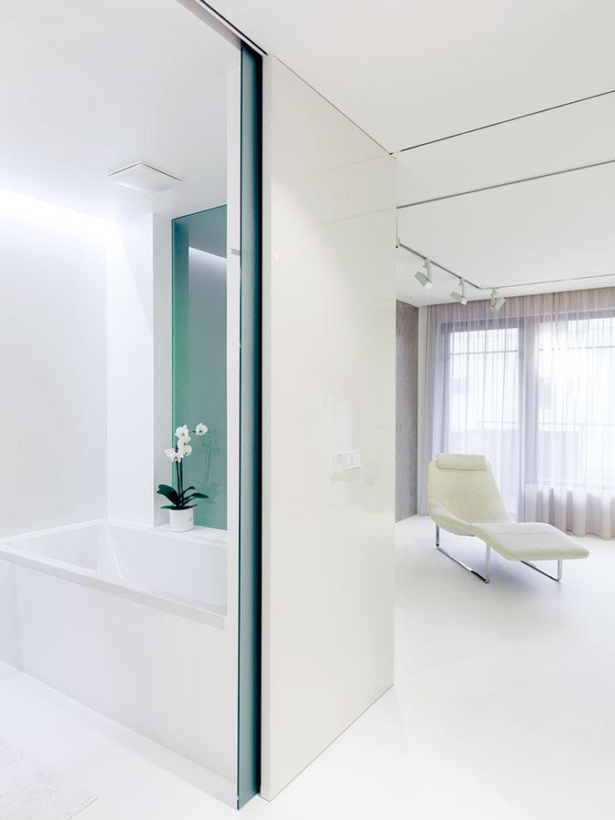 Bielo-zlatá kúpeľňa je súčasťou spálne aj budoáru (vaňu od neho delí len matné sklo) – svojím poňatím sa približuje zariadeniu oboch miestností. Najčastejšie sa využíva na uvoľňujúce kúpele, ktoré zmyjú stres z dlhého pracovného dňa.