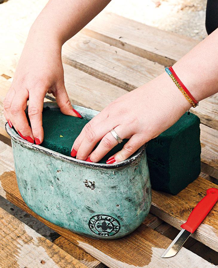 Dôkladne namočenú aranžérsku hmotu narežte tak, aby sa zmestila do kvetináča.