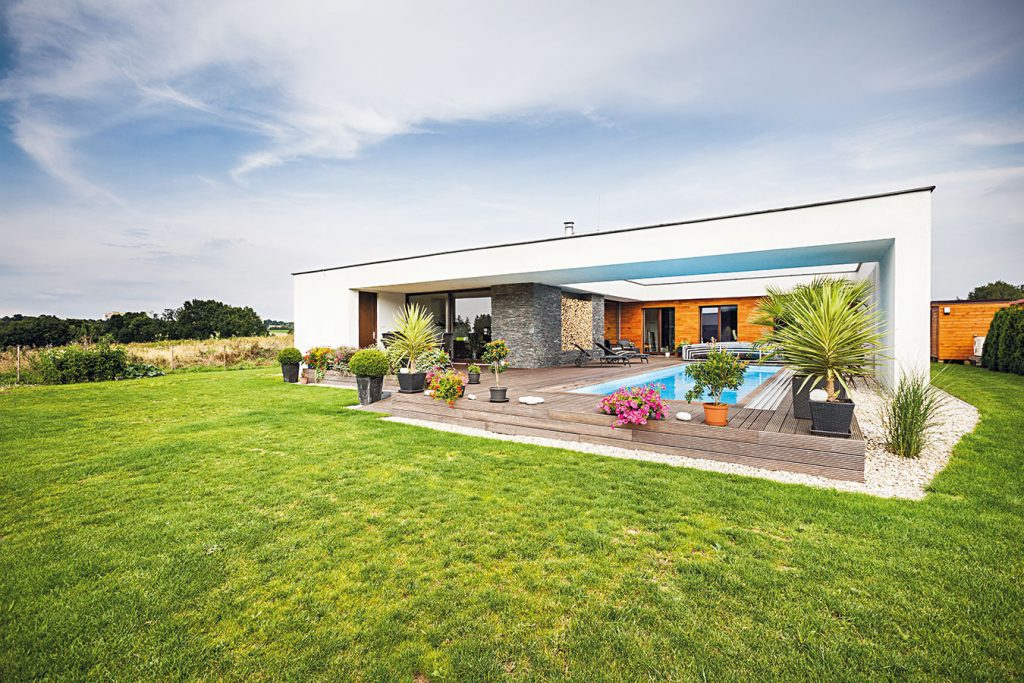 Rodina s dvomi deťmi sa rozhodla pre tvarovo jednoduchý a energeticky úsporný bungalov
