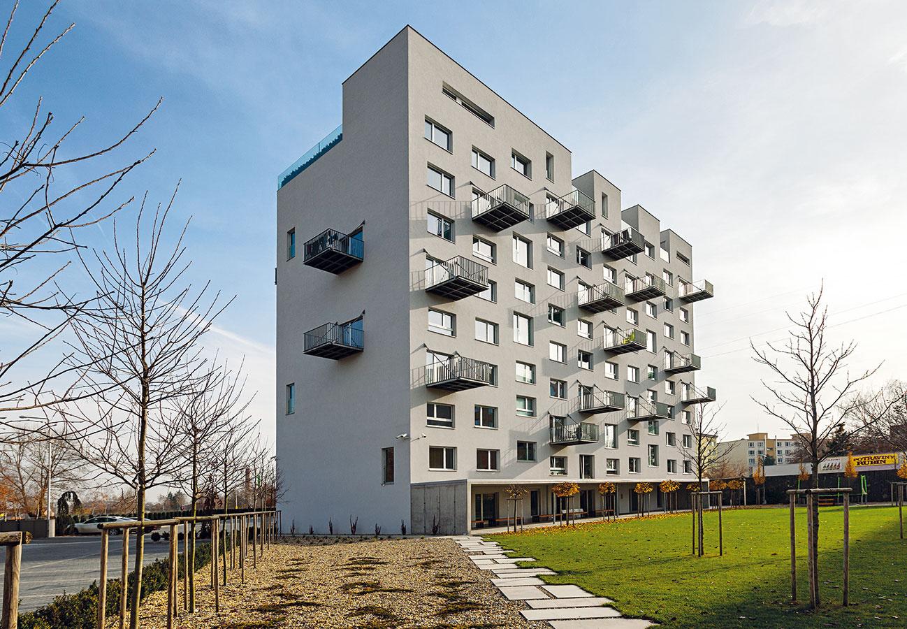 """Zrekonštruovaný panelák """"white house"""" zRimavskej Soboty je vydareným príkladom komplexného prístupu krekonštrukcii, hodným nasledovania. Dôkazom je aj ocenenie CE.ZA.AR 2014 vkategórii bytové domy."""