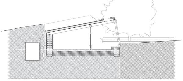 Jednoduchá dvojpriestorová stavba pozostáva znárazníkovej zóny ahlavnej obytnej miestnosti, ktorá je ztroch strán chránená zemným valom. (pôdorys arez)
