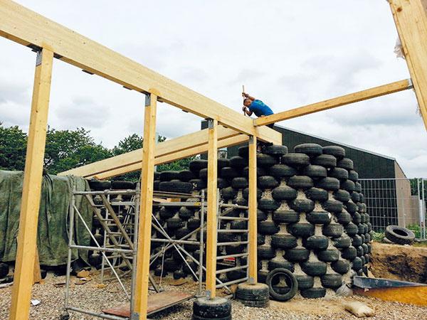Nosná konštrukcia strechy astien nárazníkovej zóny je zdreva.