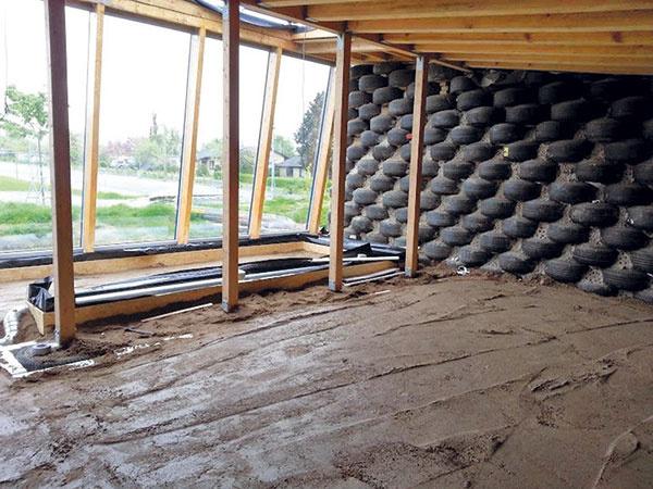 Pod bambusovou podlahou (Holse og Wibroe) je vrstva štrku apiesku, na ktorom sú uložené panely srozvodmi podlahového vykurovania.