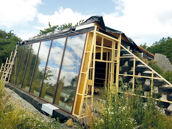 Päť vysokých okien (Scandia Windows) na južnej fasáde prepúšťa zimné slnko až do zadnej časti domu. Drevené rámy aizolačné trojsklá majú špičkové tepelnoizolačné parametre.