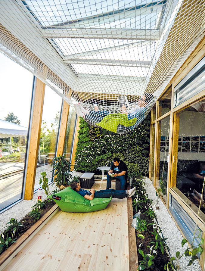 Takzvaná nárazníková zóna tvorí prechod medzi hlavnou obytnou miestnosťou aexteriérom. Jej úlohou je zmierňovať vplyv vonkajšieho prostredia na obytný interiér. Zároveň slúži aj ako skleník amiesto na odpočinok.