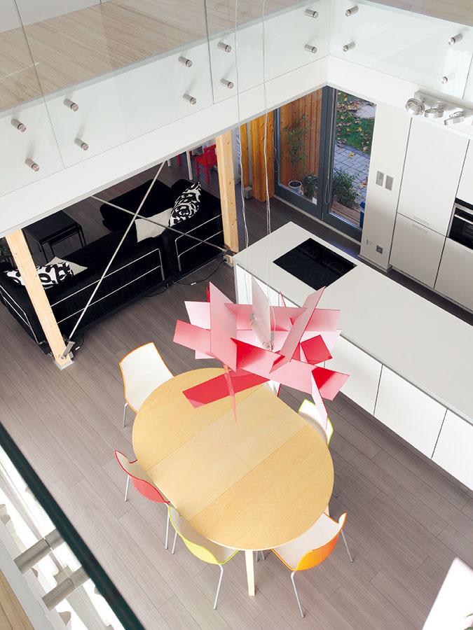 Galéria spája jedálenskú akuchynskú časť na prízemí sprvým poschodím asúčasne akcentuje stredobod domu, vktorom rodina spoločne stoluje. Transparentnosť celého priestoru podporuje sklenené zábradlie, ktoré umožňuje maximálny vizuálny kontakt medzi priestormi na oboch podlažiach.