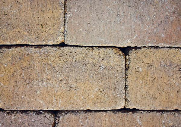 Vidiecka duša. Patio od spoločnosti Leier, mrazuvzdorná protišmyková betónová dlažba amurovací prvok vjednom, pripomína tradičnú maloformátovú tehlu anavodzuje vidiecku atmosféru. Je mimoriadne variabilná – uplatniť ju možno nielen pri dláždení chodníkov, príjazdových ciest aterás, ale aj pri stavbe múrikov, plotov či studní apoužiť ju môžete aj vinteriéri. Dostupná je vštyroch farebných vyhotoveniach.