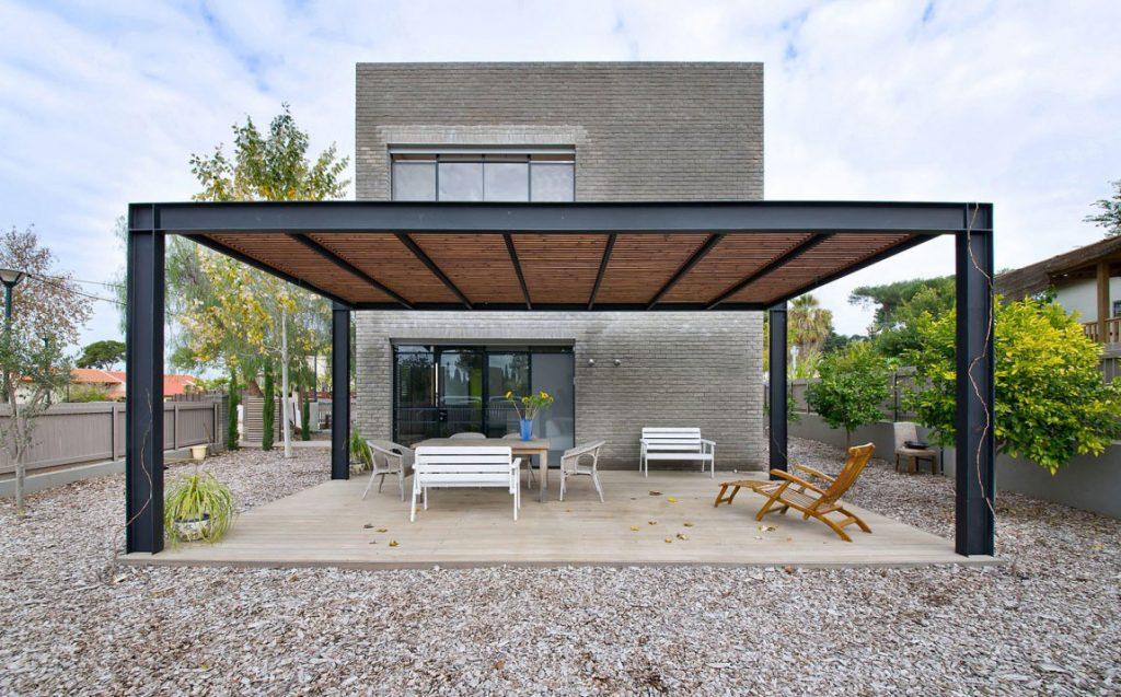 Jednoduchý a priestranný dom pre otca so synom