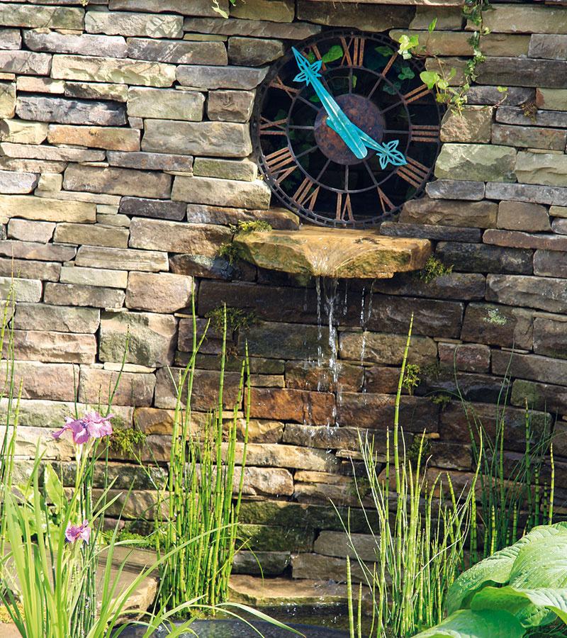 Suchý múrik možno využiť aj na umiestnenie záhradných hodín, ktoré sú nielen praktické, ale aj dekoratívne. Doplniť sem možno aj osviežujúci vodný prvok – umelý prameň alebo vodný prepad, chýbať by nemali ani zaujímavé nenáročné rastliny, ktoré by, samozrejme, nemali prekryť ciferník hodín. Príjemne pôsobí niekoľko zhora voľne prevísajúcich výhonkov brečtanu (Hedera helix), drobné skalničky vštrbinách kameňov, prípadne miniatúrne papraďorasty, ale aj trvalky umiestnené pod múrikom. Takto doplnené múriky je vhodné situovať čo najbližšie kdomu arelaxačnej zóne. Zakomponovať sem možno aj väčšiu skamenelinu, prípadne horniny s netradičným vzhľadom.