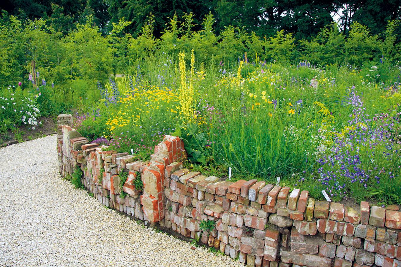 Suché múriky nachádzajú uplatnenie najmä v ekologicky koncipovaných záhradách. Pri ich vytváraní možno využiť nielen prírodný kameň, ale aj staré tehly. Múrik by mal mať stabilné základy, nemusí mať jednotnú výšku a šírku, hoci by nemal byť príliš vysoký. Zo starých tehál môžete vytvoriť aj vyvýšený záhon, na riešenie terénnych nerovností ale nie sú najvhodnejšie. Tehly pôsobia pekne najmä v spojení s kvitnúcimi trvalkami, lúčnymi rastlinami, okrasnými trávami, papraďami či cibuľovinami. Pri výsadbe tehlových múrikov sa oplatí voliť rastliny, ktoré sa rozširujú samovýsevom, ako aj druhy, ktoré lákajú živočíchy, prípadne majú liečivé účinky. Takáto kompozícia najlepšie vynikne na vidieku.