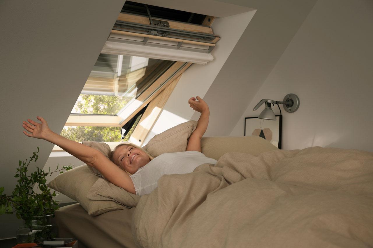 Vonkajšia zatemňujúca roleta VELUX dopomôže okrem príjemného vnútorného prostredia aj k potrebnému spánku v úplnej tme.