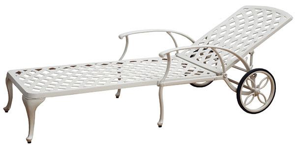 Polohovateľné záhradné ležadlo Laverton White, liaty hliník, 70 × 200 cm, jemná patina, 319 €, www.teakandgarden.sk