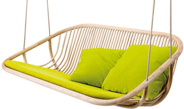 Hojdačka zavesená na strome či postavená na terase sa mnohým spája steplými dňami azáhradu bez nej si nevedia predstaviť. Zaujímavou voľbou je hravý model Swing sodpruženým sedadlom akonštrukciou zjaseňového dreva od talianskej značky Paola Lenti. (Predáva Konsepti.)