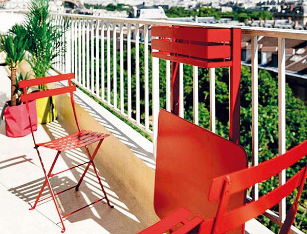 Skladací stolík Bistro od značky Fermob s rozmermi 77 × 57 cm možno ukotviť o zábradlie aj stenu a výhodou je, že je dostupný až v 24 rôznych farbách. (Predáva Zeno Showroom Bratislava a Košice.)