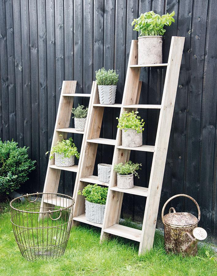 Praktická polica na uskladnenie záhradných nevyhnutností alebo na umiestnenie rastlín vo vegetačných nádobách môže dvoru či terase dodať šmrnc. Vždy voľte rastliny, ktorým vyhovujú podmienky daného miesta, a záležať si dajte aj na výbere nádob. Pekne tu môžu ukázať bylinky, ktoré potom využijete napríklad pri grilovaní.