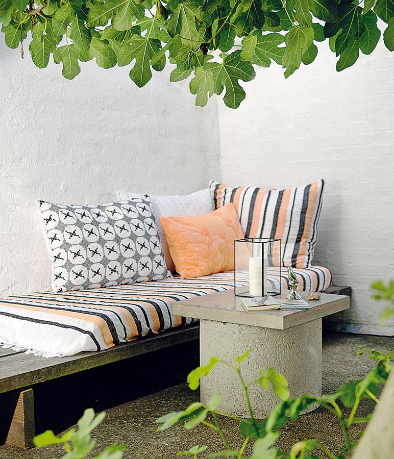 Záhradné sedenie patrí kzariadeniu, ktoré si pri troche šikovnosti dokážete vytvoriť aj sami. Zrecyklujte staré drevené dosky, stále obľúbené palety astolík si pokojne odlejte zbetónu. Vyhrať sa môžete aj sdoplnkami atextíliami – vzory afarby sú vítané.c