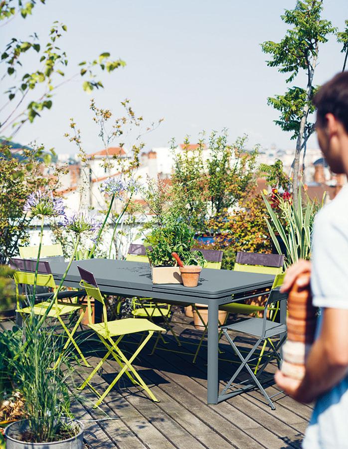 Veľkorysejšiu terasu môže doplniť sedenie pre väčší počet osôb. Aj tu sú však vítané rozkladacie stoly. Pri výbere stoličiek môžete popustiť uzdu fantázii a zvoliť modely rôznych farieb, ale aj úplne odlišných tvarov či materiálov, napríklad od značky Fermob. Zeleň tu môžu zastupovať rôzne kry či menšie stromy. (Predáva Zeno Showroom Bratislava a Košice.)
