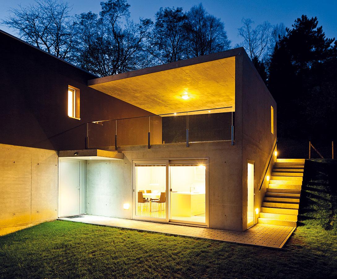 Rozumný kompromis. Väčšina ľudí zvažuje najskôr estetickú stránku zasklenej steny, rozpočet býva pri stavbe domu ďalším silným argumentom. Na kvalite dverí na terasu sa však určite neoplatí šetriť – najmä zpohľadu bezpečnosti (kovanie by malo byť vybavené bezpečnostnými uzávermi), dlhoročného používania anákladov na vykurovanie budúceho domu by to bolo krátkozraké.