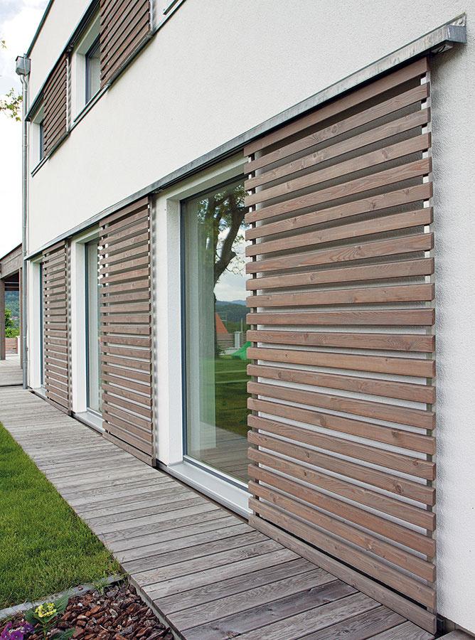 Užitočné oživenie. Originálne tieniace prvky môžu popri svojich praktických funkciách zároveň oživiť a zatraktívniť architektúru domu – najmä pri energeticky úsporných stavbách, ktoré bývajú tvarovo jednoduché, je takéto spojenie na prospech architektúre aj komfortu.