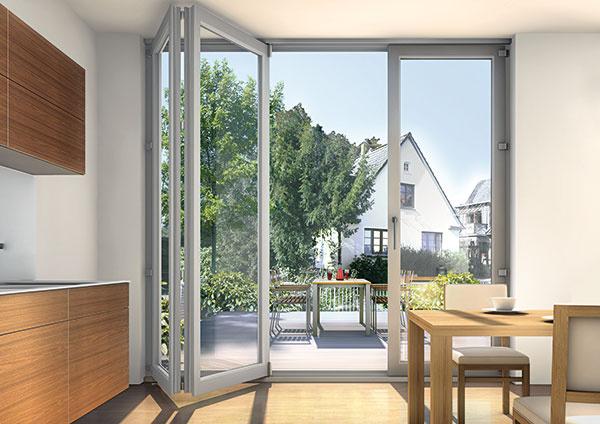 Elementy skladacích dverí sa dajú jednoducho abezpečne odsunúť azložiť kbočnej stene, takže vznikne široký bezbariérový priechod medzi interiérom aexteriérom. Systém dovoľuje kombinovať až 7 pohyblivých krídel, čím sa dá dosiahnuť šírka otvárania viac než 6 m.
