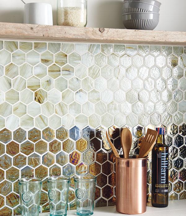 Sklenené mozaiky značky Original Style sjemnou štruktúrou aodtieňmi vprírodných tónoch sa budú vhodne dopĺňať sdrevom. Sú jednoducho umývateľné, apreto hravo vyplnia priestor napríklad kuchynskej zásteny. (www.tasinterier.sk)