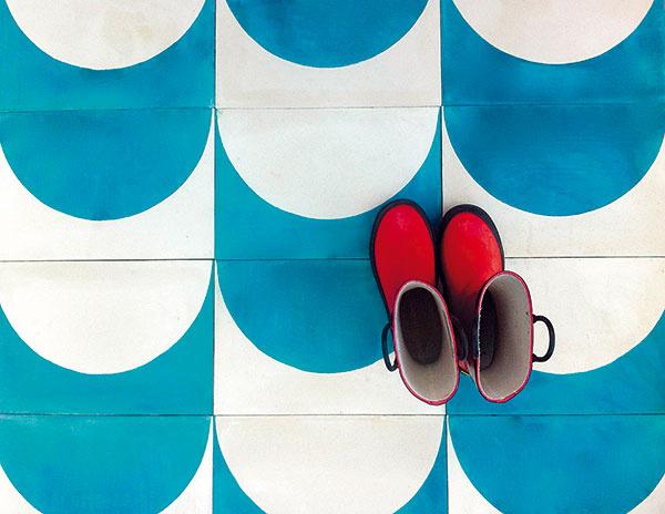 Hravé farby ajednoduché geometrické vzory kolekcie Arch značky Popham design možno vyskladať do rôznych tvarov vďaka inverzným polkruhom. Nový život vnesú do kuchýň, kúpeľní či na terasu.