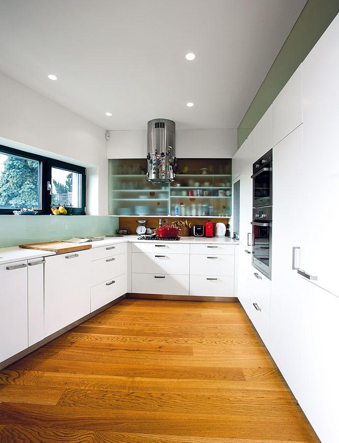 """Kuchyňa je ukrytá """"za rohom"""". Architekt tak skryl neporiadok pred očami návštev apodporil veľkorysosť priestrannej obývačky."""