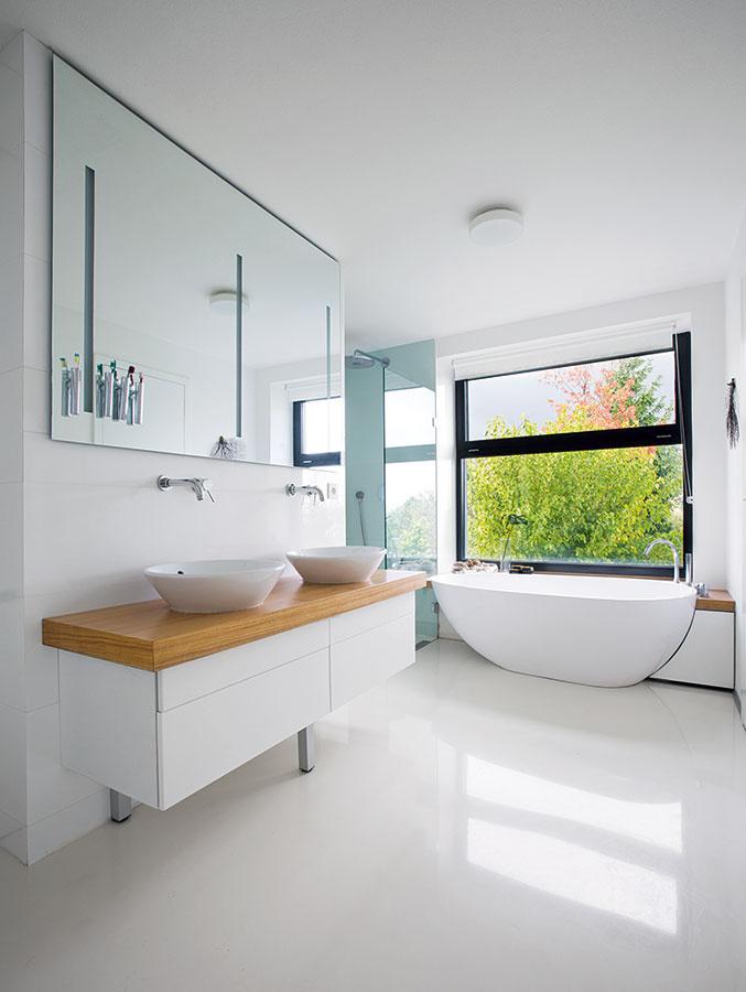 Priestranná kúpeľňa nebola vkoncepte jednoduchosti výnimkou. Relax vo vani pod oknom včistom priestore, bez prehnaného množstva úložných priestorov azbytočností, je oto silnejším zážitkom.