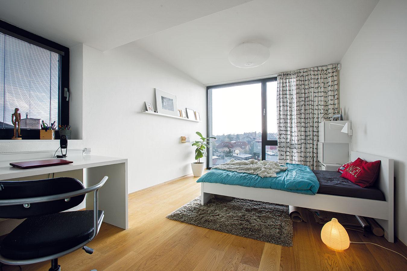 Dve detské izby majú výhľad na mesto, spálňa rodičov je orientovaná do záhrady, teda na východ.
