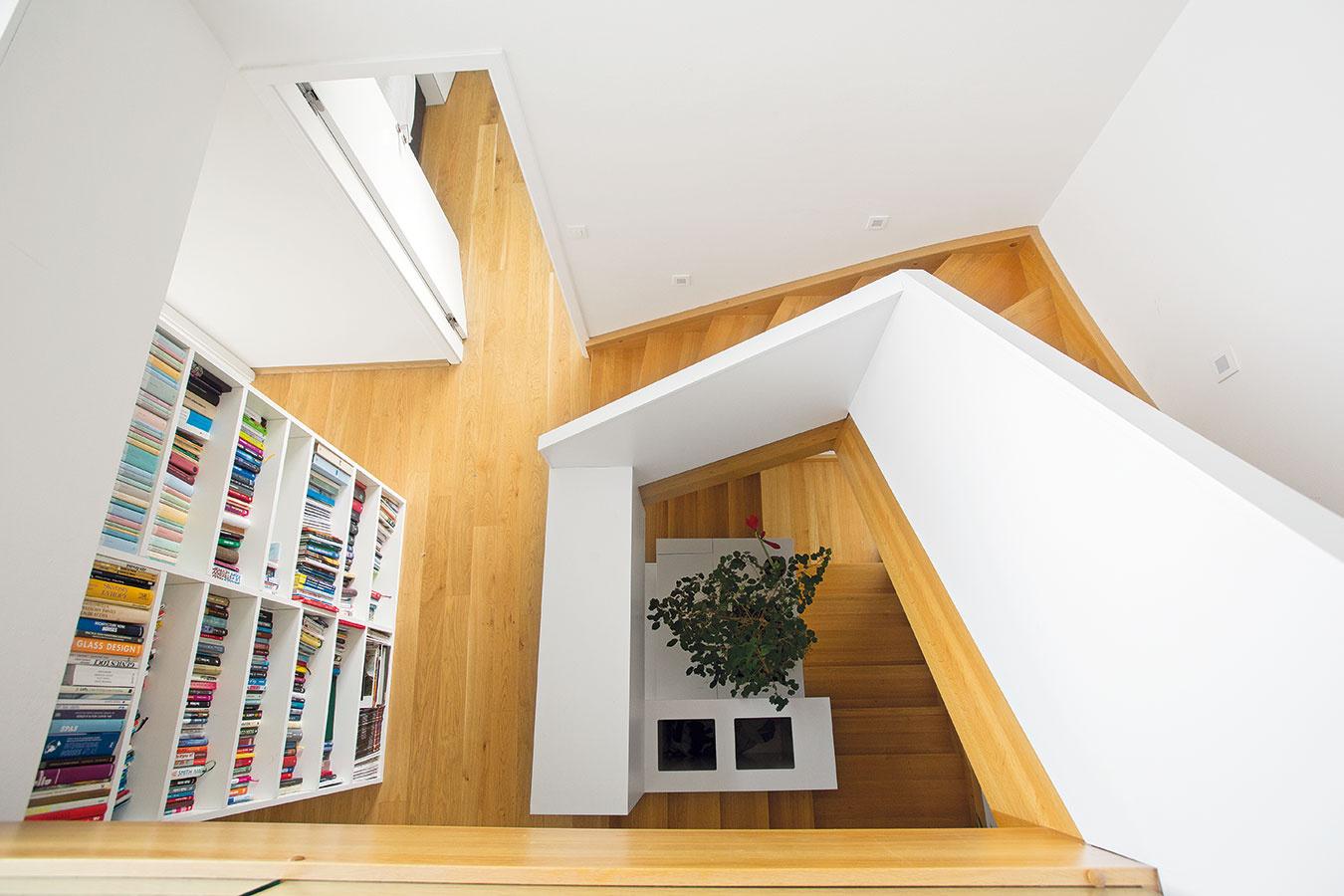 Odspodku až navrch. Schodisko je funkčným architektonickým prvkom. Prejsť sa ním znamená zažiť kompletnú prehliadku celého domu aodhaliť jeho netradičné výškové členenie.