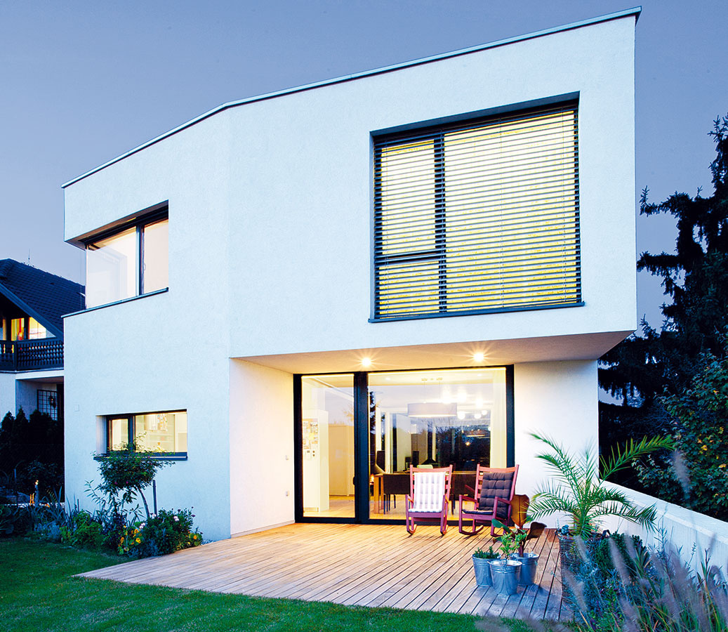 Asymetrický tvar domu vyplynul zpozemku,požiadaviek na prekrytie terás azo zabezpečenia dostatočného výhľadu. Nepotreboval preto výrazné materiály, jednoduchá biela omietka necháva plne vyniknúť jeho tvar.