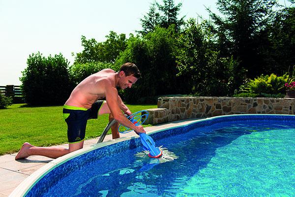 Starať sa o vodu v bazéne pomôže popri kvalitnej pieskovej filtrácii aj vysávač nečistôt. Na snímke poloautomatický model Zander, ktorý dokáže čistiť nielen dno, ale aj steny bazéna.