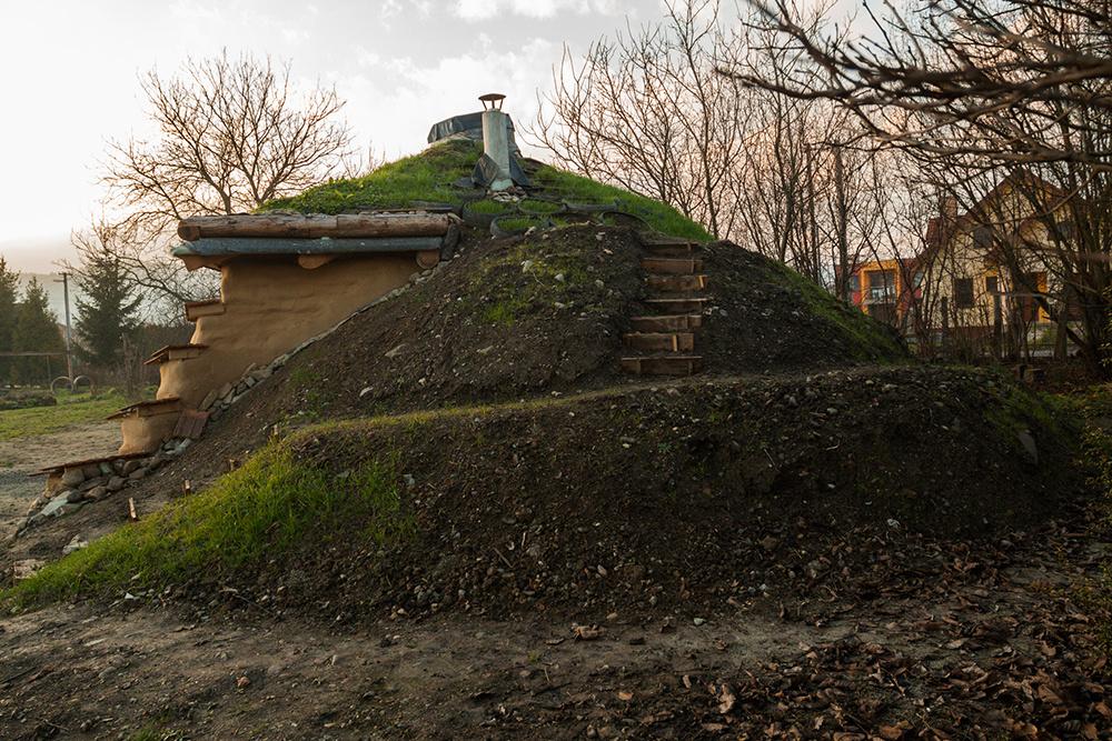 V Družstevnej pri Hornáde stojí hobití dom postavený z miestneho prírodného a odpadového materiálu