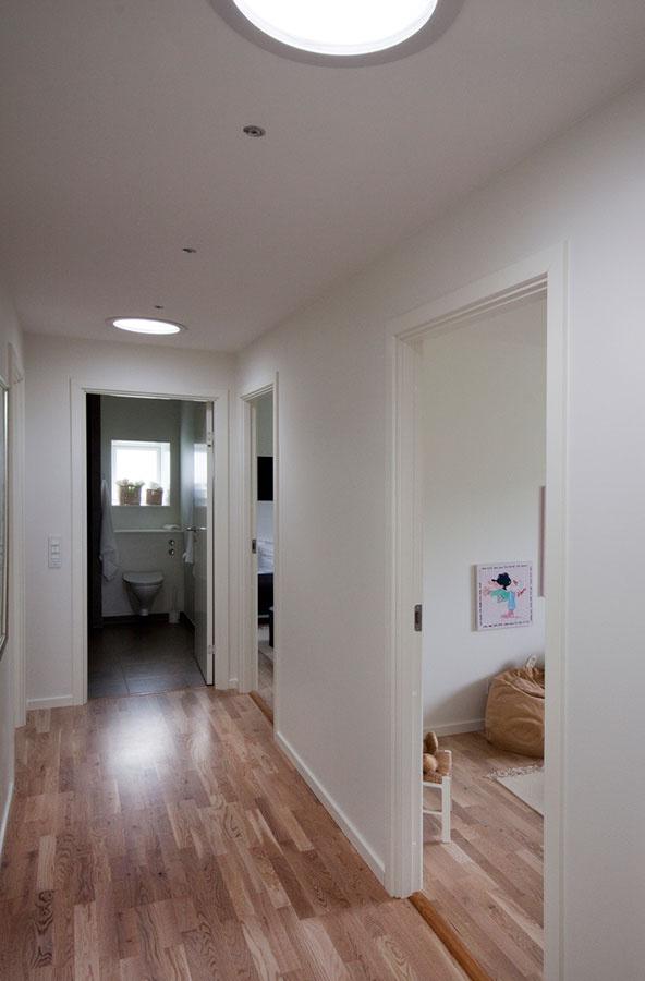Okrem strešných okien VELUX privádzajú denné svetlo do interiéru aj svetlovody, ktoré osvetľujú chodbu. Tá je umiestnená uprostred dispozície.
