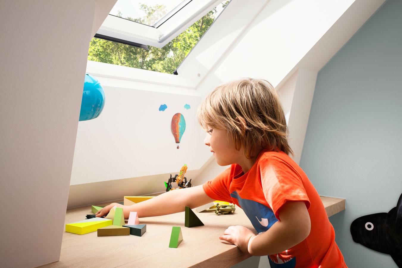 Písací stôl treba umiestniť čo najbližšie ku zdroju prirodzeného svetla a jeho orientáciu treba zohľadniť podľa potreby dieťaťa.