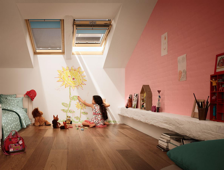 Vonkajšie, ale aj vnútorné tieniace doplnky zabezpečia v detskej izbe príjemné vnútorné prostredie.