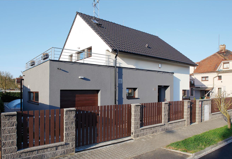 Jediným limitom výstavby bola nízka zastavateľnosť, keďže dom vybudovali na pozemku v už zastavanej oblasti. Majiteľ sa tak musel vyrovnať s menšou garážou, ako pôvodne plánoval.