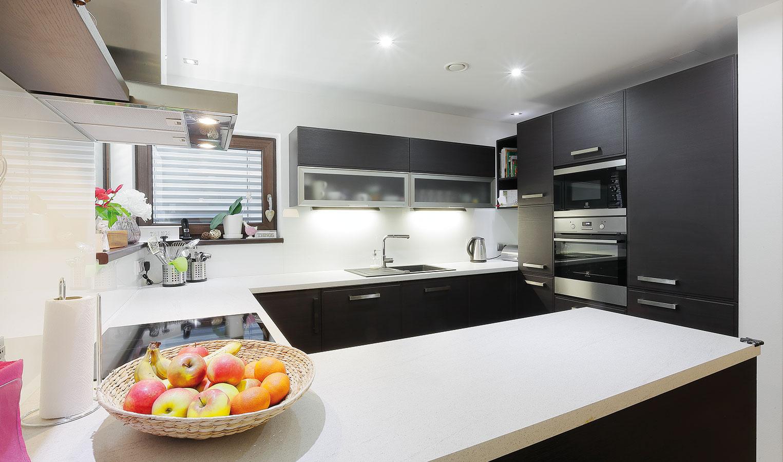 Moderná a absolútne funkčná. Taká je kuchyňa, ktorá kombinuje bielu a tmavú farebnosť. Všetky spotrebiče sú zabudované, pričom jedno rameno kuchynskej linky môže slúžiť aj ako barové sedenie či raňajkový pult.