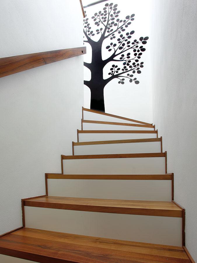 Hravým a naozaj príjemným prvkom v interiéri je namaľovaný strom v priestore schodiska.