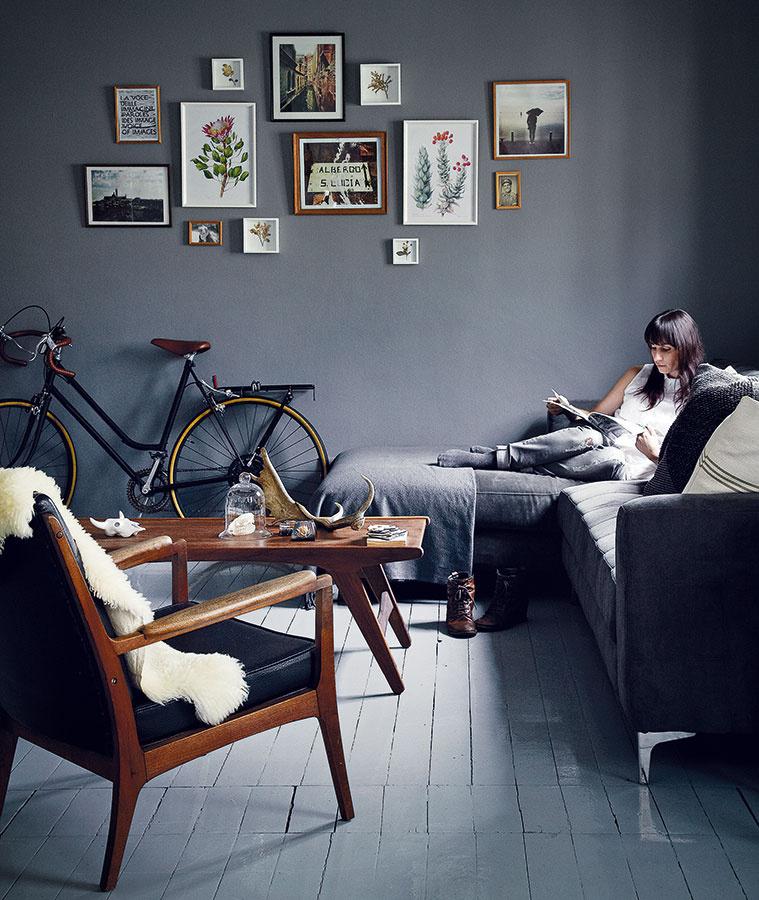 Bicykel je typickým prvkom štýlu vintage a rodinné fotografie na stene dávajú obývaciemu priestoru osobný charakter.
