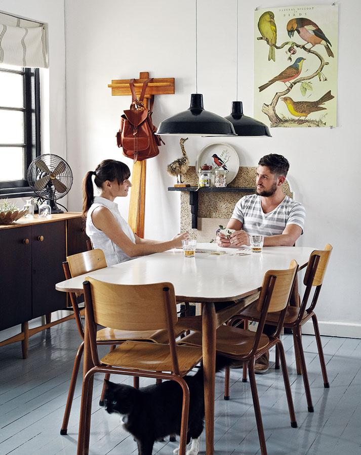 Janine a Ruan si radi pozývajú priateľov na večeru. Pôsobivý jedálenský stôl a príborník z brazílskeho orecha zdedili od Ruanovho starého otca – história týchto kusov nábytku dáva jedálni rozmer domova a rodinnej spolupatričnosti.