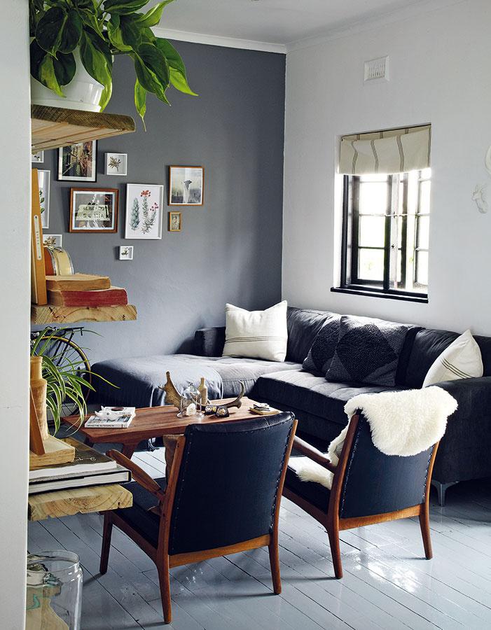 Obývačka je útulný, kompaktný priestor s pohodlným sedením. Podlahy zafarbené na jemne sivo pomohli vytvoriť v neveľkej miestnosti ilúziu väčšieho a svetlejšieho priestoru.