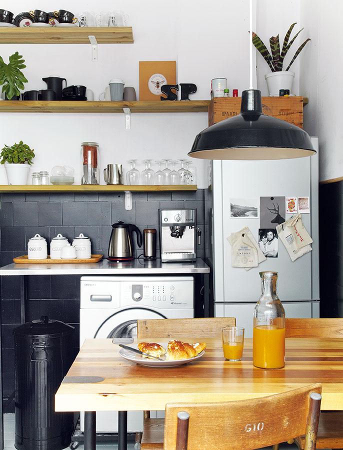 Policové oživenie. Pôvodné kuchynské skrinky Janine a Ruan zlikvidovali a nahradili ich policami, vďaka ktorým pôsobí malá miestnosť vzdušnejšie. Riad a kuchynské vybavenie si zaobstarali v odtieňoch zladených s farebnosťou kuchyne, čím premenili obyčajné police na dizajnový prvok interiéru. Farebnou výnimkou sú tu len zelené rastliny.