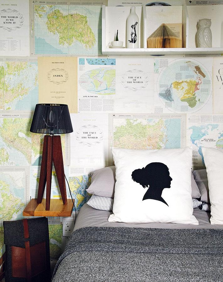 Janine a Ruan vytvorili pre svoju posteľ zaujímavé pozadie – na stenu nalepili mapy  zo starých atlasov. Inšpiráciu našla Janine na Pintereste. Starú kancelársku skrinku natreli nabielo a zavesili nad posteľ,  aby získali viac úložného priestoru.
