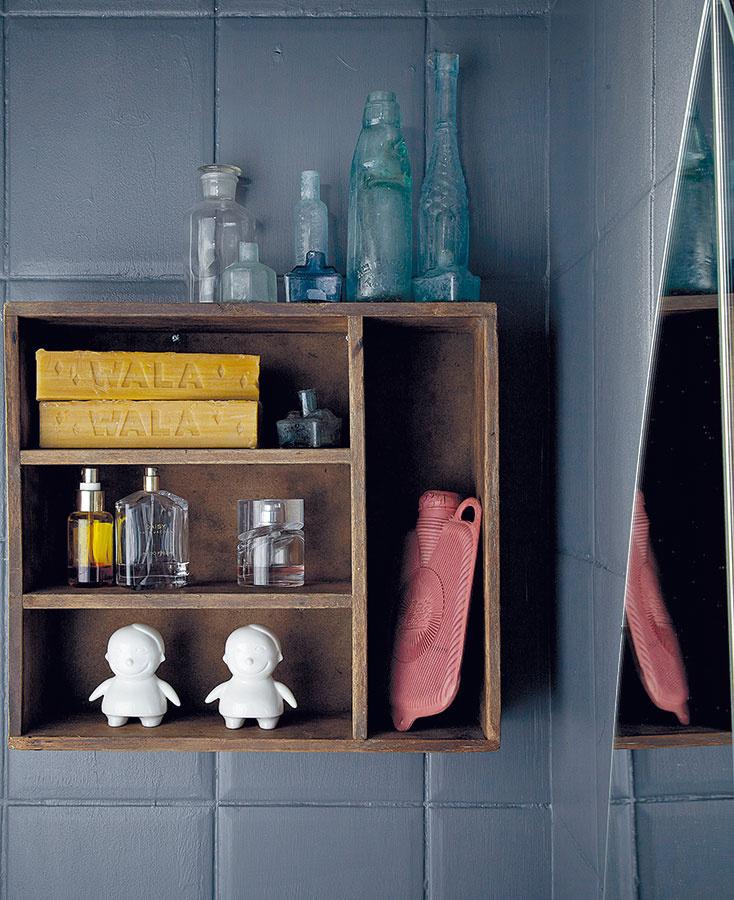 Bizarné kúsky z blších trhov sú vkusne uložené i v drevenej skrinke v kúpeľni. Aj táto miestnosť tým získala punc osobitosti.