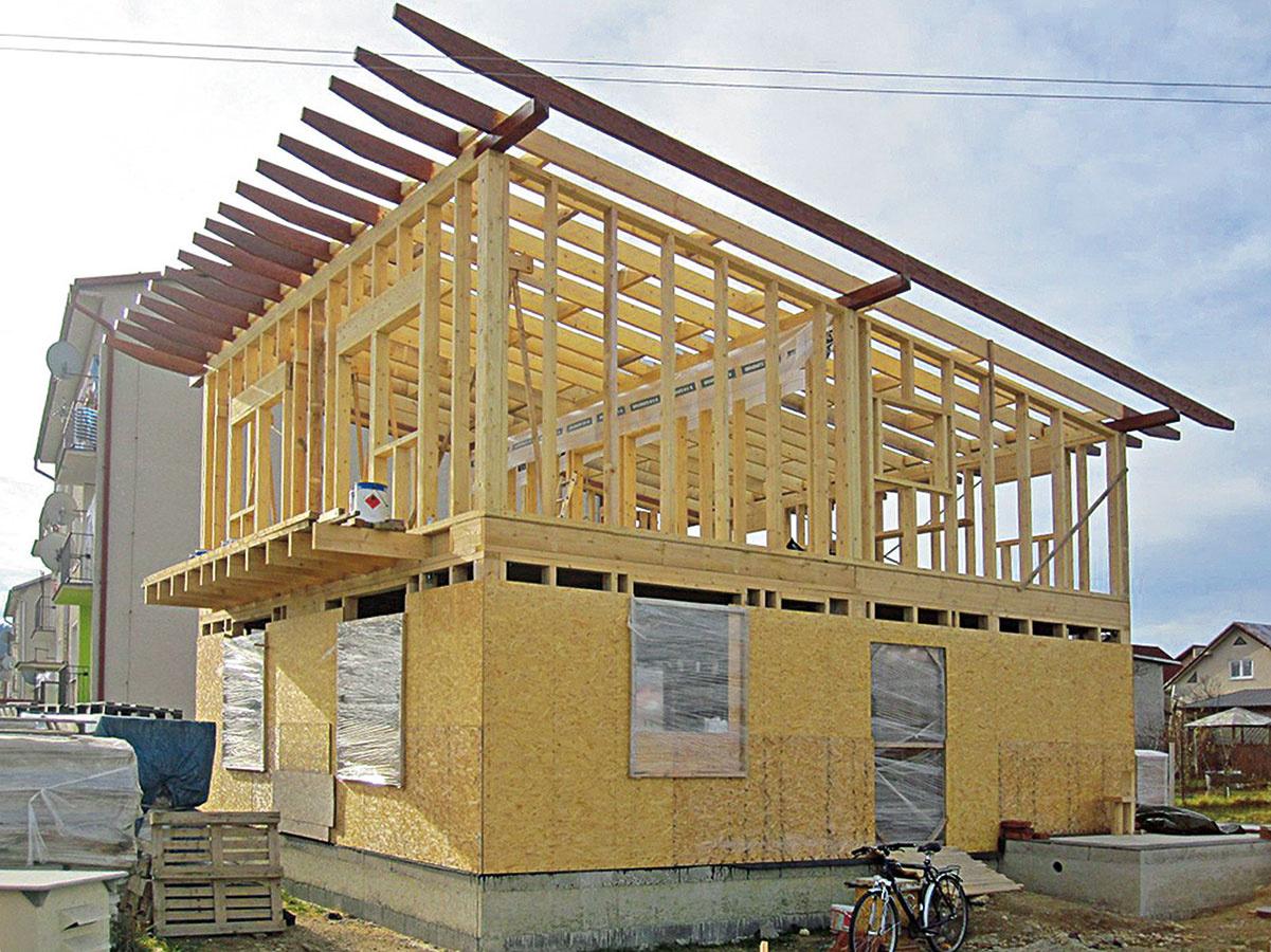 Ľahká rámová konštrukcia systému two by four sa montuje z drevených stĺpikov priamo na stavenisku. Drevené rámy sa opláštia konštrukčnými doskami, ktoré tu majú statickú, stužujúcu funkciu, a vyplnia sa tepelnou izoláciou.